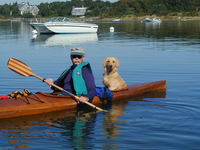 Perros navegando kayak junto a su dueno (4)